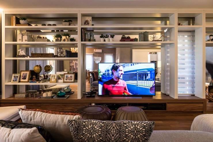 Residencia Galleria Boulevard: Salas multimídia modernas por Beto Tozi