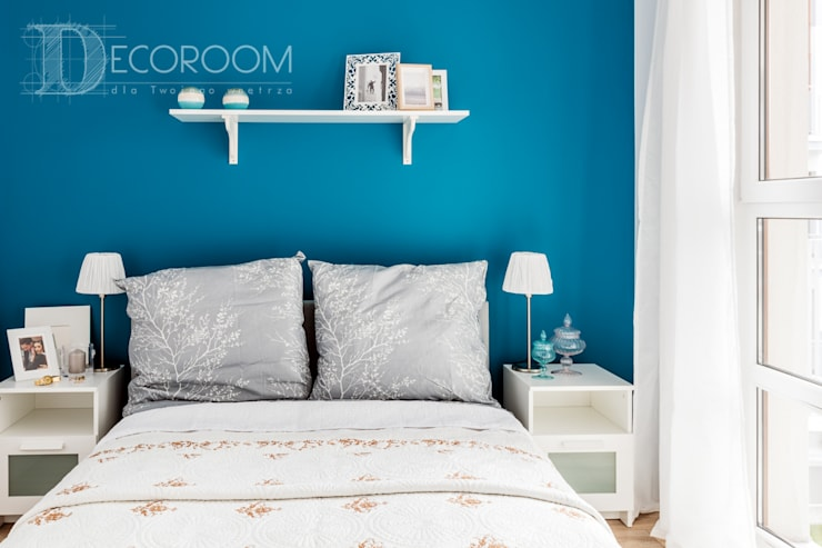 w drewnie, bieli i szarościach: styl , w kategorii Sypialnia zaprojektowany przez Decoroom
