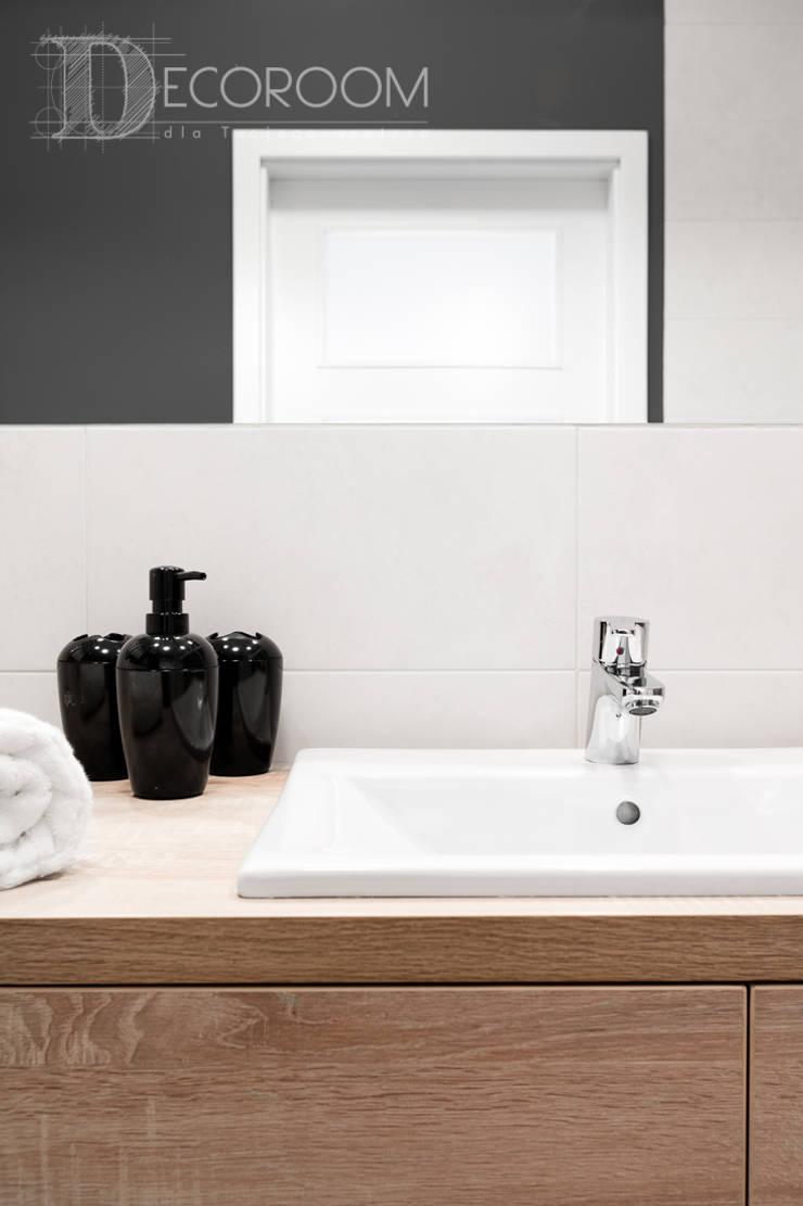 w drewnie, bieli i szarościach: styl , w kategorii Łazienka zaprojektowany przez Decoroom