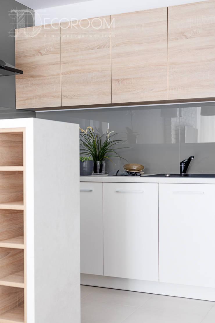 w drewnie, bieli i szarościach: styl , w kategorii Kuchnia zaprojektowany przez Decoroom,Klasyczny