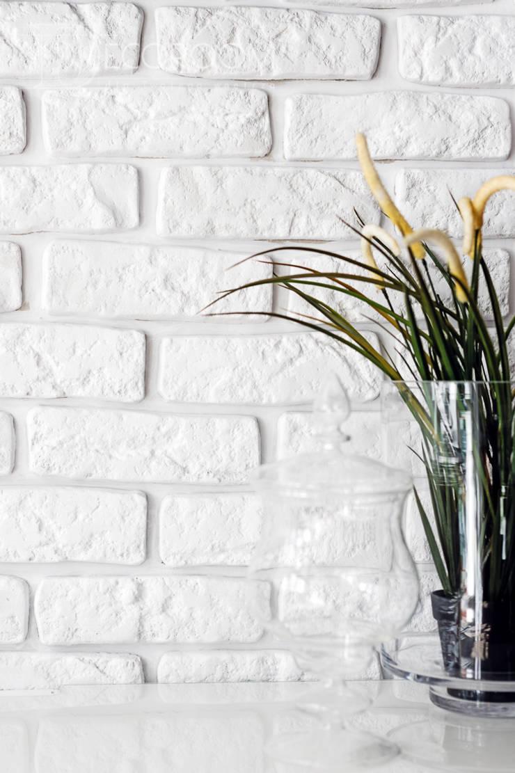 w drewnie, bieli i szarościach: styl , w kategorii Kuchnia zaprojektowany przez Decoroom
