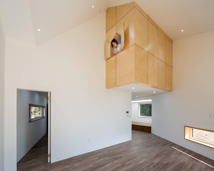 Livings de estilo moderno por B.U.S Architecture