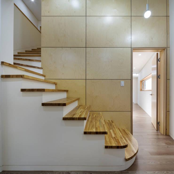 Ingresso & Corridoio in stile  di B.U.S Architecture