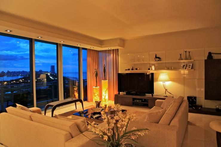 Kerim Çarmıklı İç Mimarlık – One Bal Harbour Miami Evi: modern tarz Oturma Odası