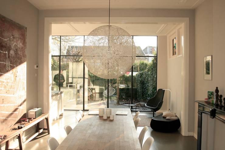 zicht over eettafel: minimalistische Eetkamer door ddp-architectuur