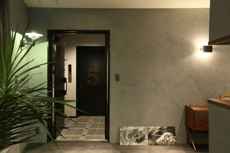 稲荷町の家(リノベーション): 株式会社CAPDが手掛けた廊下 & 玄関です。