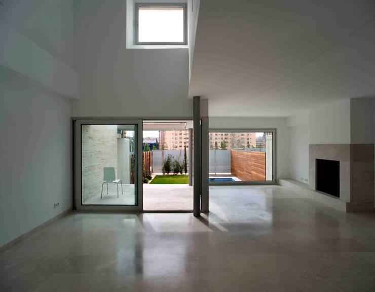 Salas / recibidores de estilo  por Cano y Escario Arquitectura