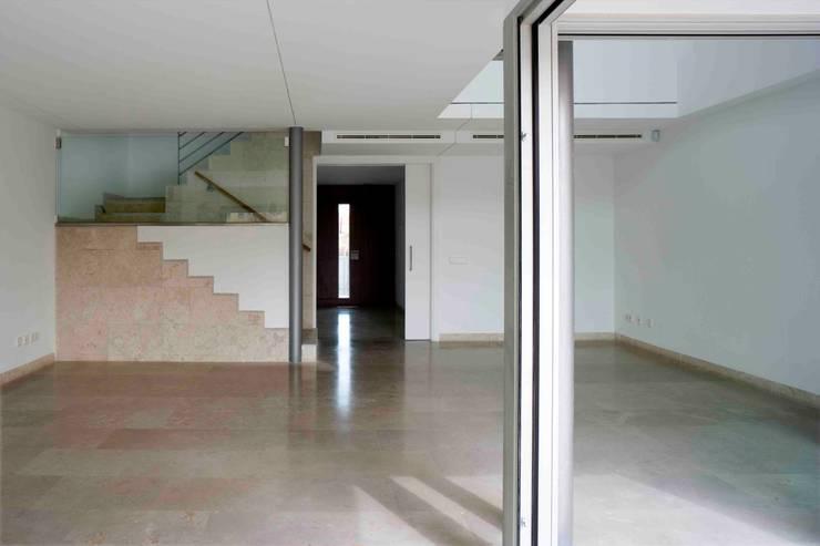 Unifamiliares en Montecarmelo // Madrid: Salones de estilo  de Cano y Escario Arquitectura