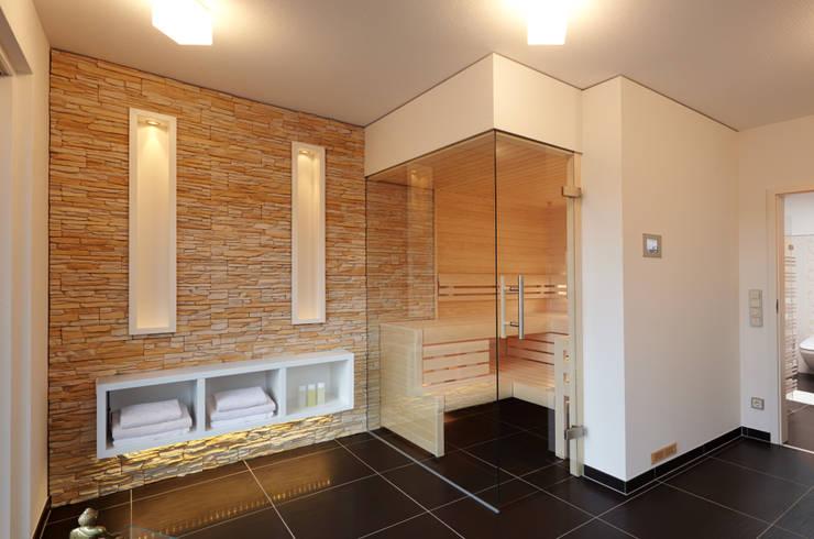 Steinwand in der Sauna: moderne Badezimmer von Erdmann Exklusive Saunen