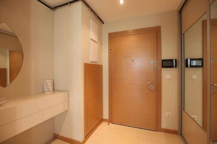 Puertas y ventanas de estilo moderno de CCT INVESTMENTS Moderno