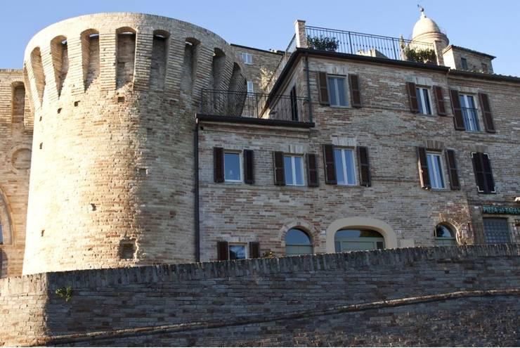 Casa Tre Archi: Case in stile in stile Rustico di Ing. Vitale Grisostomi Travaglini