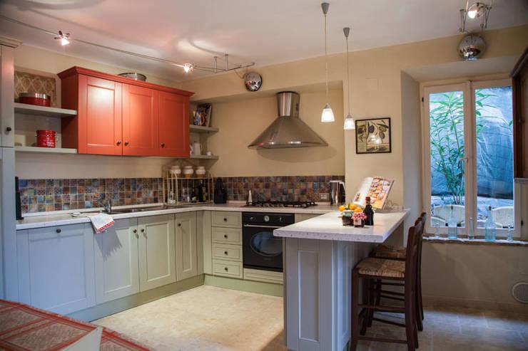 Casa Tre Archi: Cucina in stile in stile Rustico di Ing. Vitale Grisostomi Travaglini