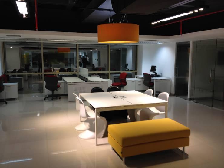 AREA DE MERCADEO: Paredes y pisos de estilo moderno por MTRA ARQUITECTOS C.A.