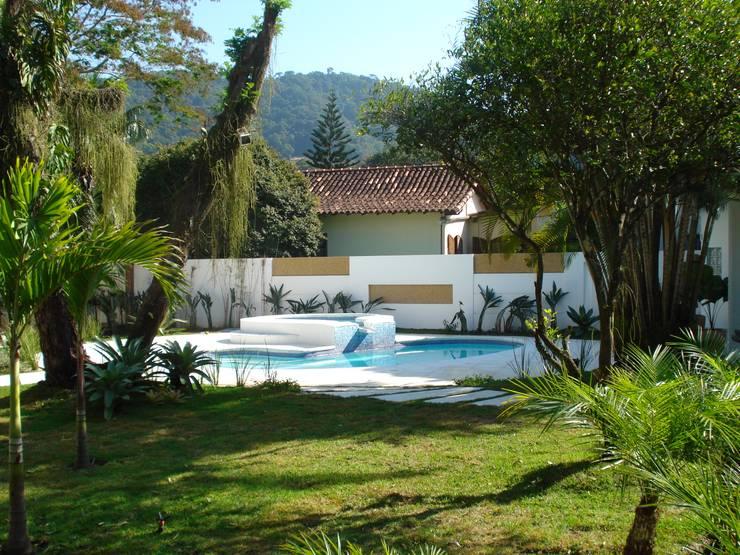 (2008) Residência Itaipu: Casas modernas por Escritório Ana Meirelles