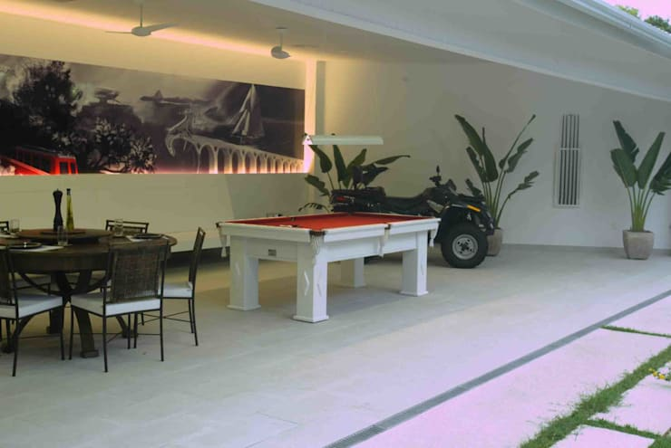 (2008) Residência Itaipu: Salas multimídia modernas por Escritório Ana Meirelles