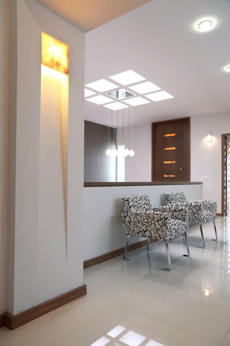 dist tv: Pasillos y recibidores de estilo  por arketipo-taller de arquitectura