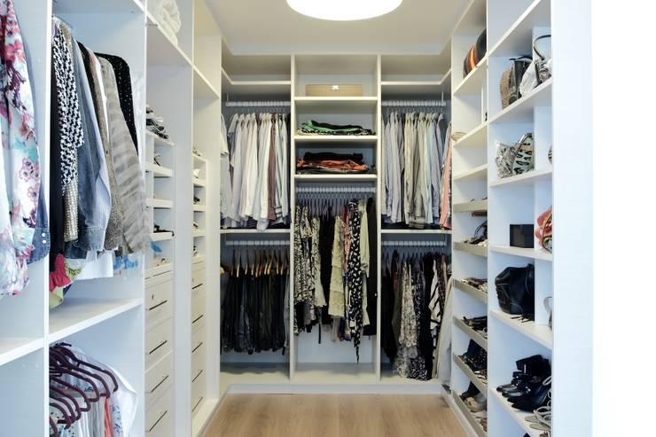 CASA PV59: Closets modernos por criarprojetos | ARQUITETURA . INTERIORES . ENGENHARIA