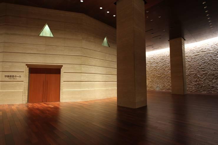 東京大学伊藤国際学術研究センター: 株式会社ライティングMが手掛けた廊下 & 玄関です。,モダン