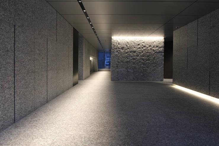 長府博多ビジネスセンター(福岡): 株式会社ライティングMが手掛けた廊下 & 玄関です。,