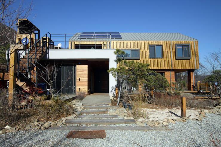 용인 문촌리 전원주택: 비온후풍경 ㅣ J2H Architects의  주택