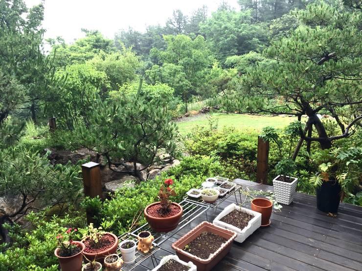 용인 문촌리 전원주택: 비온후풍경 ㅣ J2H Architects의  정원
