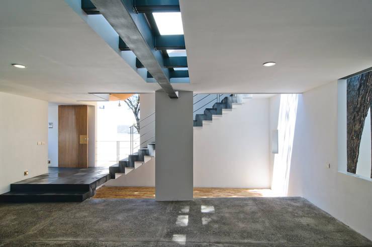Projekty,  Korytarz, przedpokój zaprojektowane przez alexandro velázquez