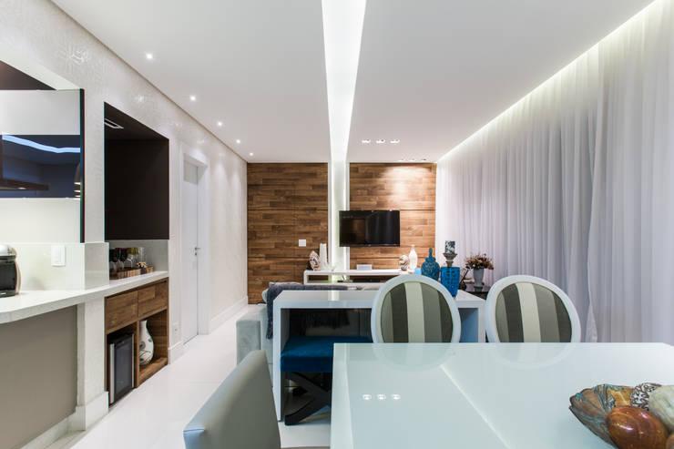 02_Projeto de Interiores Salas de estar modernas por Paula Carvalho Arquitetura Moderno