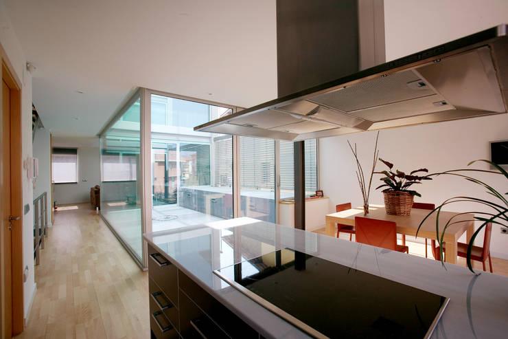 Vista interior cocina: Cocinas de estilo moderno de Comas-Pont Arquitectes slp
