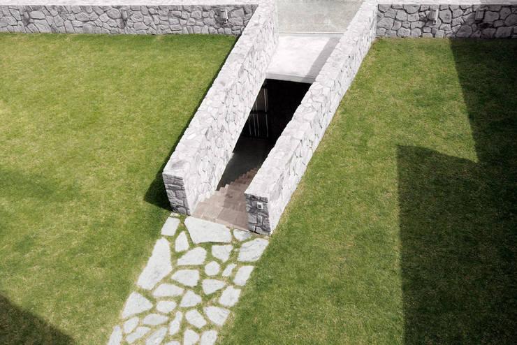 Casa M: Jardines de estilo moderno por alexandro velázquez