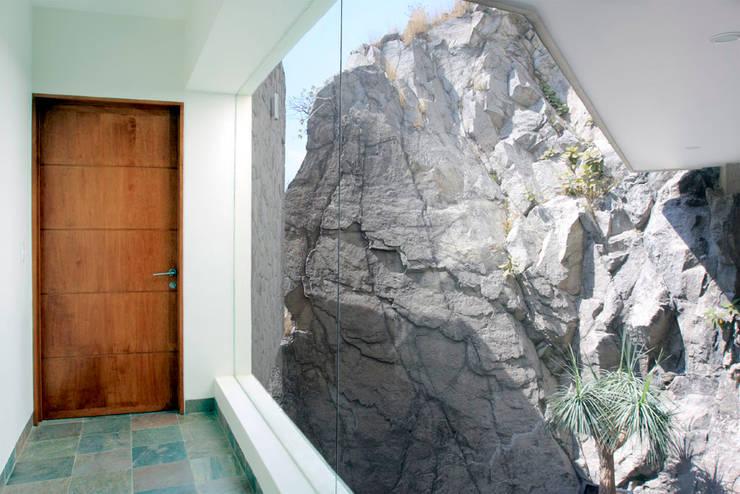 Casa M: Ventanas de estilo  por alexandro velázquez