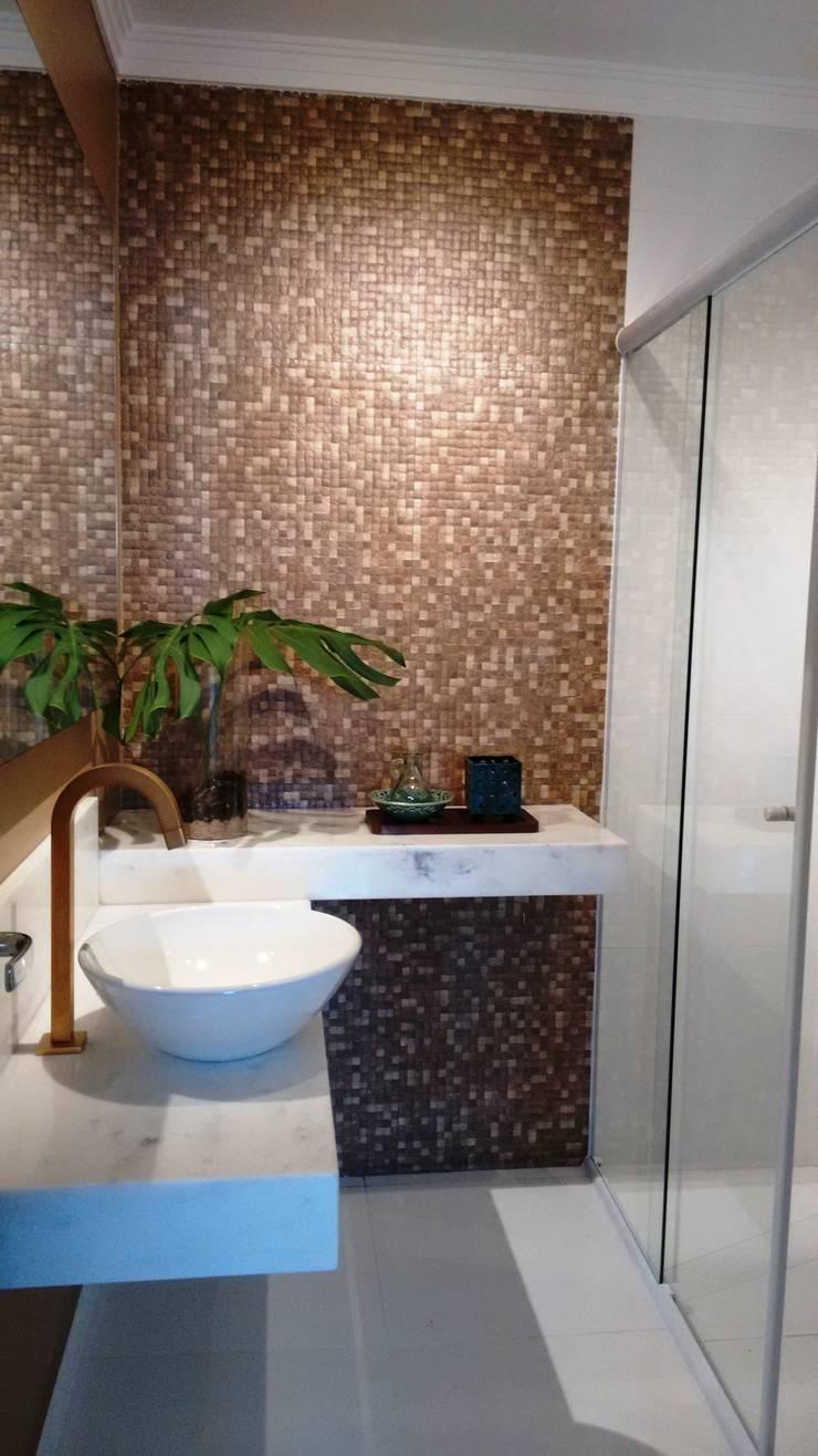 Banheiro pronto após reforma:   por Lúcia Vale Interiores,