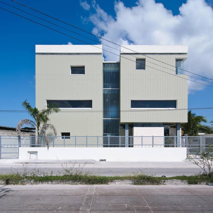 Oficinas Ciudad del Carmen: Oficinas y tiendas de estilo  por alexandro velázquez