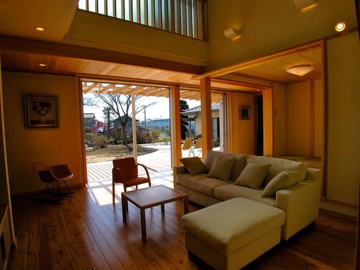 ルーバーバルコニーのある家:  飯井建築設計事務所が手掛けたリビングです。,