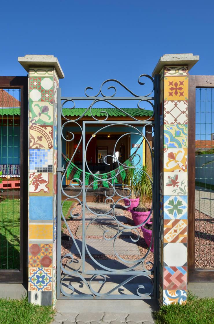 BEACH HOUSE – TRAMANDAÍ/RS: Casas  por Arquitetando ideias,Tropical