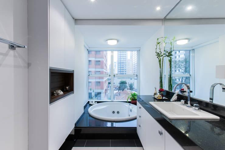 04_Projeto de Interiores: Banheiros  por Paula Carvalho Arquitetura