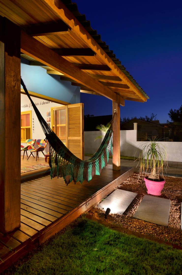 BEACH HOUSE – TRAMANDAÍ/RS: Terraços  por Arquitetando ideias,Tropical