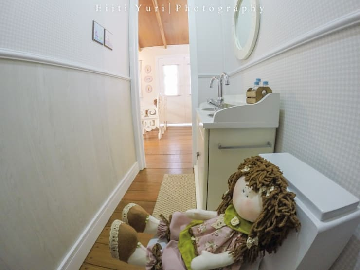 BWC ST JAMES FAMILY HOUSE - ST JAMES INTERNATIONAL SCHOOL - LONDRINA/PR/BRASIL: Banheiros  por Fernanda Seabra Designer