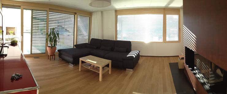 Wohnzimmer mit Cheminée:  Wohnzimmer von Holbi14 architekten GmbH