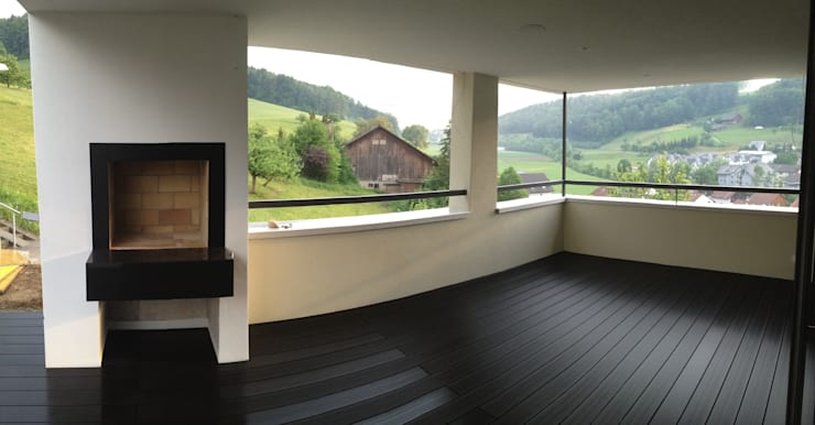 Gedeckter Sitzplatz mit Aussengrill:  Terrasse von Holbi14 architekten GmbH