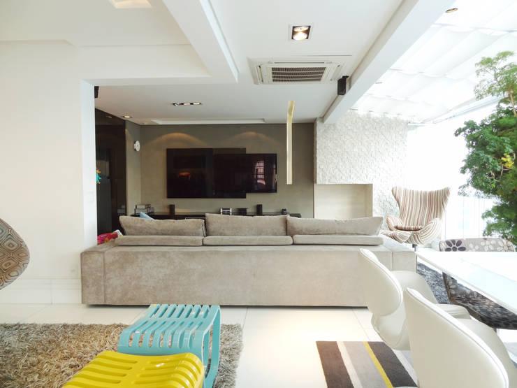 05_Projeto de Interiores: Salas de estar modernas por Paula Carvalho Arquitetura
