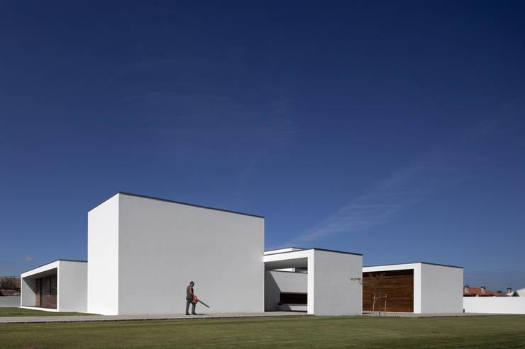 Casa em Aradas – Aveiro: Casas  por RVDM, Arquitectos Lda