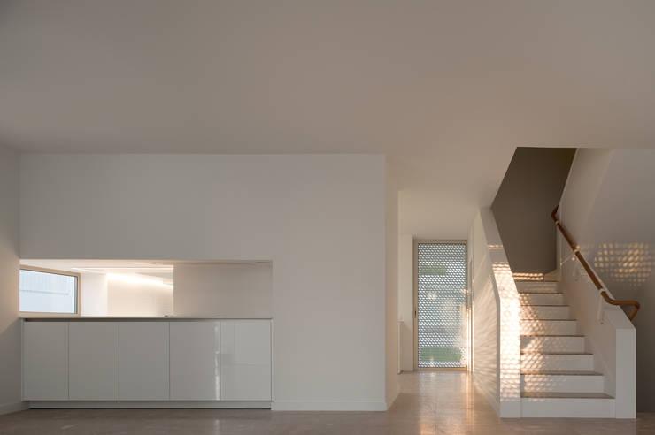 Moradias Manta Rota: Cozinhas  por Posto9 Arquitectos