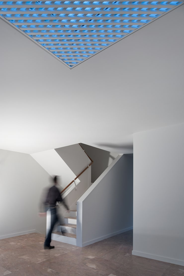 Moradias Manta Rota: Corredores e halls de entrada  por Posto9 Arquitectos