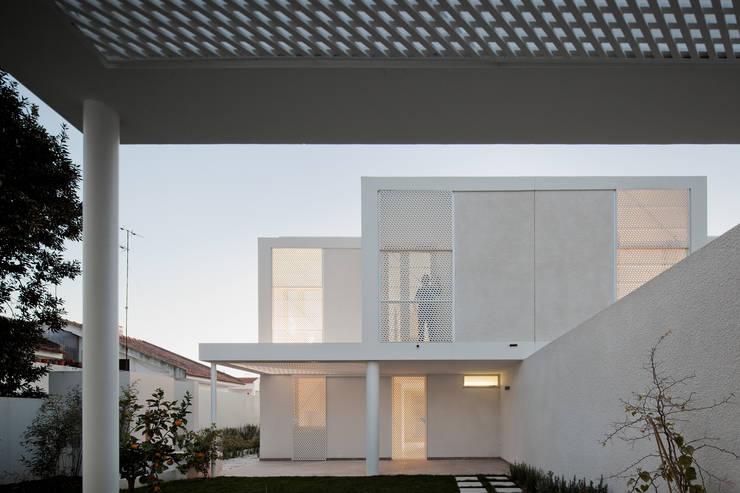 Moradias Manta Rota: Casas  por Posto9 Arquitectos