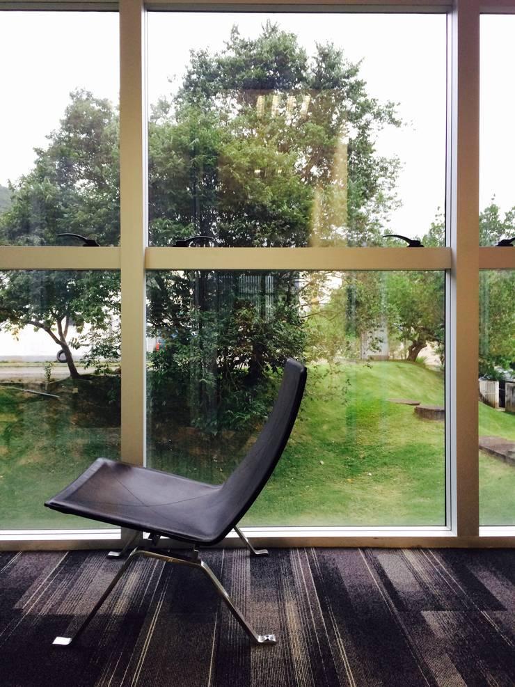 Estar Poltrona pk22: Espaços comerciais  por JOBIM CARLEVARO arquitetos