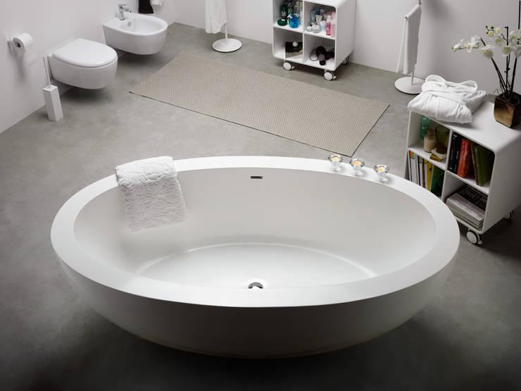 MOMON resin bathtub: Bagno in stile in stile Minimalista di Lineabeta