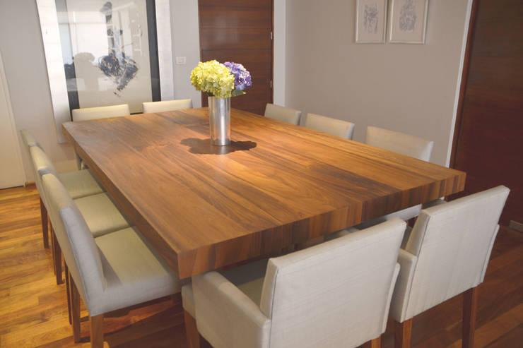 Comedor en madera de parota: Comedor de estilo  por CuboB Arquitectura de Interiores
