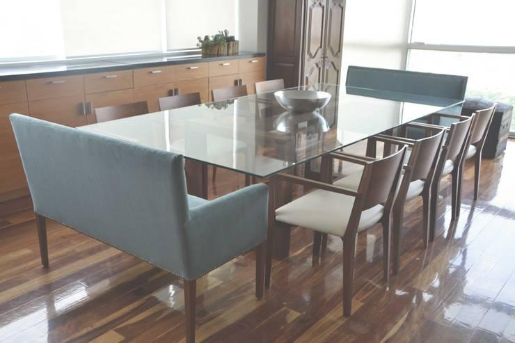 Comedor con cubierta de vidrio: Comedor de estilo  por CuboB Arquitectura de Interiores