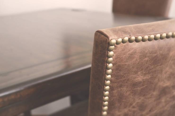 Silla para comedor en piel y mesa en madera de cedro rojo: Comedor de estilo  por CuboB Arquitectura de Interiores