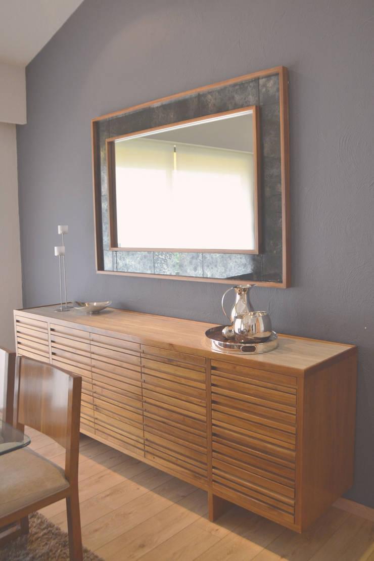 Trinche en madera de nogal, cubierta de marmol y espejo avejentado. : Comedor de estilo  por CuboB Arquitectura de Interiores